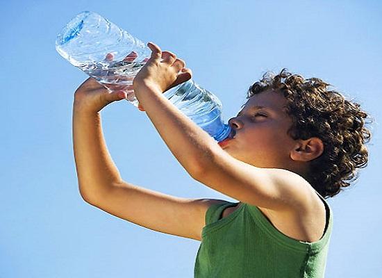 Trẻ uống nước ion kiềm để giữ nước cho cơ thể