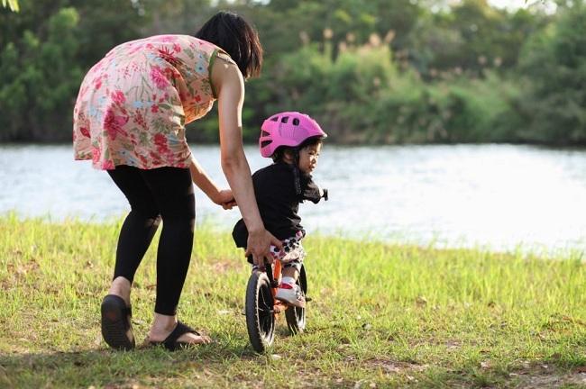 Bố mẹ chú ý luyện tập thể dục cho bé thường xuyên