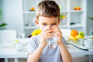 Bổ sung đầy đủ nước để tăng cường hệ miễn dịch cho bé mùa đông