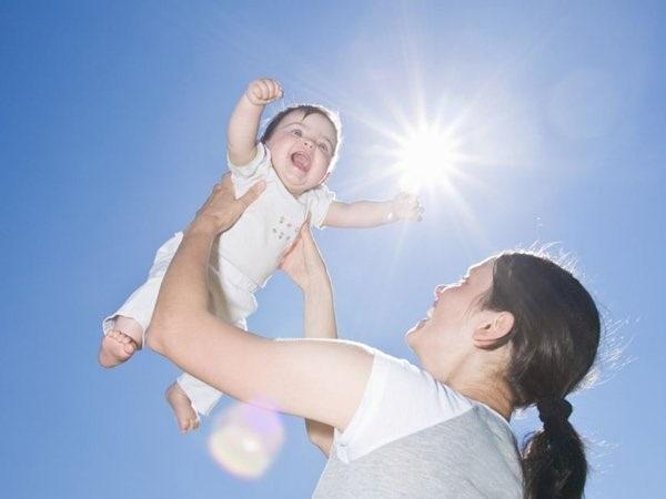 Tắm nắng giúp cung cấp vitamin D cho quá trình tổng hợp canxi diễn ra tốt hơn