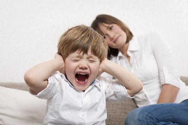 Thiếu canxi khiến cho trẻ em rất dễ cáu gắt và quấy khóc.